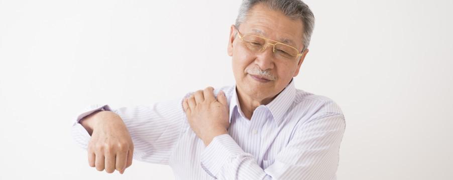肩の痛む男性